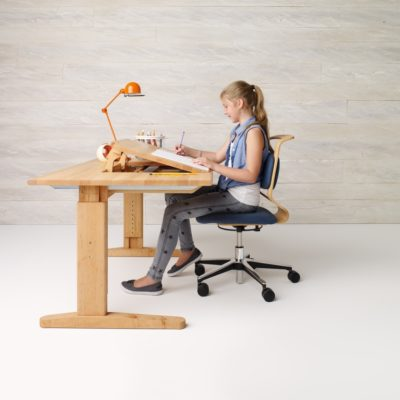 Schreibtisch und Stuhl in der mittleren Position
