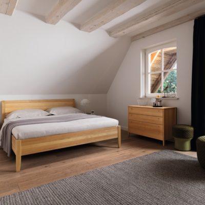 Sesam Bett mit Betthaupt-Holzfüllung, Nachttisch und Kommode