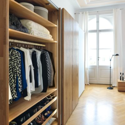 Inneneinteilung mit Fachböden, Kleiderstange und Schuhfach