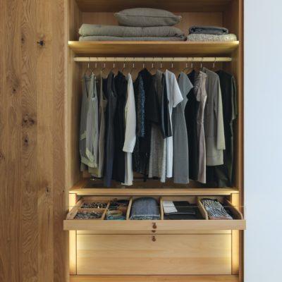 Inneneinteilung mit Fachböden, Kleiderstange, Hemdenziehen und Innenlade
