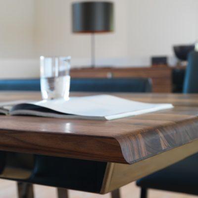 Sicht auf Tischkante mit schräg abgerundeter Kante
