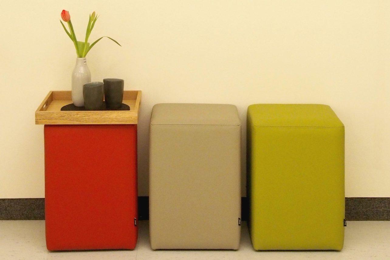 Pomp-Hocker mit Tablett, drei Farben